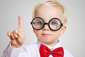 Private Krankenversicherung Vorteile gegenüber gesetzlicher Krankenkasse Junge mit erhobenem Zeigefinger
