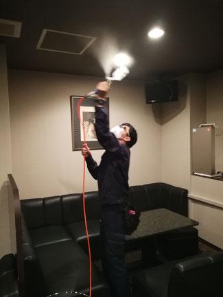 岐阜県岐阜市の飲食店で天井に無光触媒コーティング中
