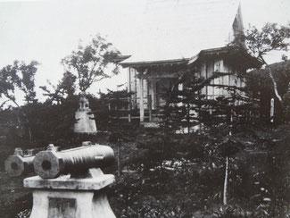 択捉島・紗那神社(手前は献納された和蘭砲)