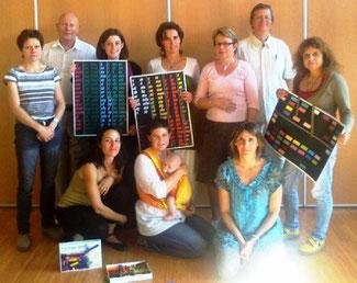 """Le groupe """"pilote"""" : plusieurs générations d'enseignants et futurs enseignants (!) et les outils (tableaux en couleur et réglettes Cuisenaire). Merci Christian ! (en haut, 2e en partant de la gauche)"""