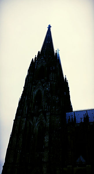 Kölner Dom im herbstlichen Morgennebel