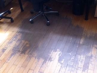 Keine Bodenschutzmatte auf dem Parkett beim Schreibtisch