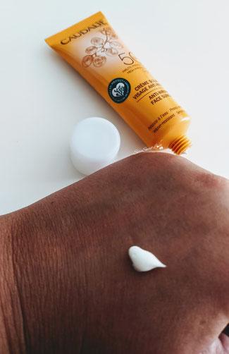 Texture crema solare viso Anti-rughe Spf50 Caudalie  sul dorso mano