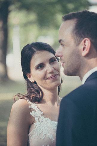 Braut schaut ihren Bräutigam beim Hochzeitsfotoshooting im Staatspark Hanau Wilhelmsbad an. Sie wurde vom Hochzeitsfotogragfen Hanau und Gelnhausen fotografiert.