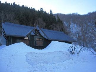 ▲屋根まで届きそうな雪が…。1階部分は完全に雪に埋もれています。