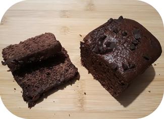 Pain d'épices villadeen au chocolat de 375 grammes de l'Abeille villadéenne avec farine de seigle bio et locale, miel de tournesol, eau, chocolat à 60% de cacao, bicarbonate et épices bio. Fabrication artisanale avec miel de la production