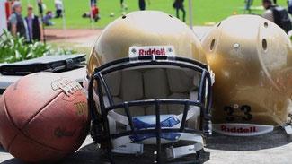 Ein Football neben einem Helm (Jan-Martin Altgeld)