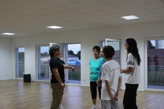 Rita Nowakowsky erläutert die richtige Körperhaltung.