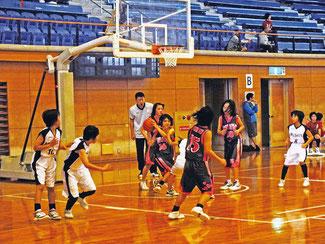 熱戦が展開された日報杯バスケ、小学生の部で盛り上がった=2日、市総合体育館