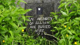 Eine handgeschriebene Notiz auf einem Massengrab bei einem Heim für ledige Mütter und ihre Kinder des katholischen Bon-Secours-Orden im westirischen Tuam. (dpa / picture alliance / Aidan Crawley)