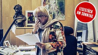 """""""Da kippt etwas weg."""" Claudia Roth liest in ihrem Bundestagsbüro in Berlin Mails rechter Hetzer © Urban Zintel"""