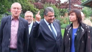 Sigmar Gabriel zeigt am 12. August in Salzgitter rechten Demonstranten den Mittelfinger. © Screenshot/dpa