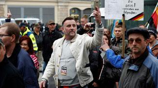 Lutz Bachmann (am 3. Oktober beim Protest gegen Merkel am Feiertag zur deutschen Einheit in Dresden): Persona non grata auf Teneriffa (Foto: AFP)      Feedback  Anzeige