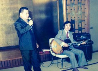あづみパラダイスにて、私が竹中正久の盃を受けた日の宴会で「男の誓い」を歌う親分・竹中正久