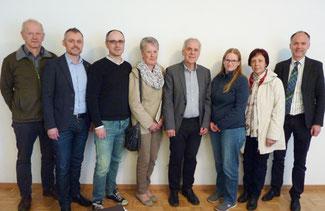 Bezirksausschuss mit MMag. Bernhard Mertelseder (2. links) und Bgm. Ing. Reinhold Kollnig (ganz rechts)