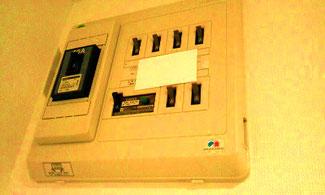 エネルギーグッズのカードを配電盤に貼る。