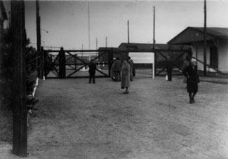 """Eingangsbereich (""""Box II"""") des Internierungslagers. Foto: unbekannt, ca. 1946. Archiv der KZ-Gedenkstätte Neuengamme, DN 2004-1875"""