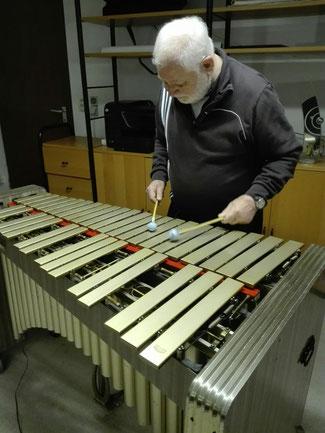 Wolfgang Schlüter bei seinen täglichen Übungen im heimischen Musikkeller (Fotocredit: Christiane K.)