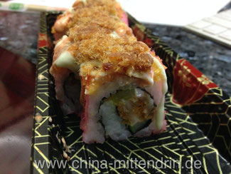 Vom teuren japanischen Snack-Stand Reisröllchen mit süßem Hackfleisch und natürlichlich Mayonnaise.