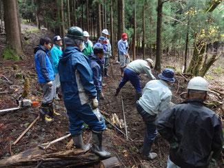 平成27年11月14日は、横瀬川に木造橋を架ける作業を行いました。
