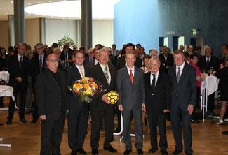 Christian Stratmann, Ralf Witzel MdL, Dr. Gerhard Papke MdL, Klaus Budde und Franz-Josef Britz halten Ansprachen für Hans-Peter Schöneweiß (3.v.l.).
