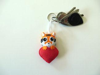 Porte clé tigre, kawaii, dans un coeur rouge, en feutrine, fait main, cadeau de fête des mères