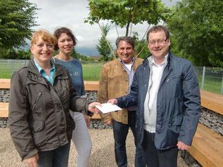 Detlef Krings überreicht an Claudia Keßel die Spende der FDP