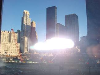 Dieses Foto zeigt ganz deutlich einen ORB - eine Erscheinung aus der Anderswelt ;-)   (IN Wahrheit ist es eine Spiegelung meines Blitzes in der Fensterscheibe beim Ground-0 in NY)