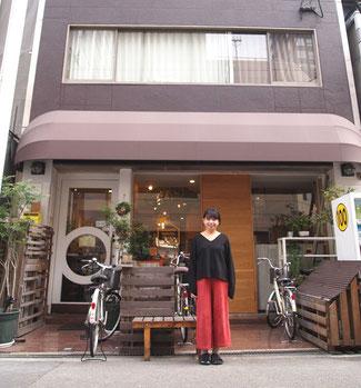 Beehive Hostel Osaka の前で