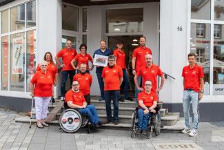 Menschen mit und ohne Rollstuhl