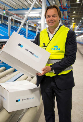 Man(ager) of action: GertJan Roelands, SVP of Sales & Distribution at AFKLMP Cargo, sorts packages by himself – photo: CFG / hs
