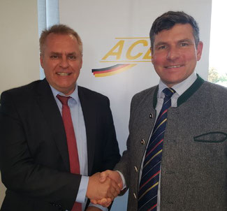 ACD President Christopher Stoller (standing right) welcomed CLG-Chief Ulrich Ogiermann at his association's September meeting  -  photo: hs