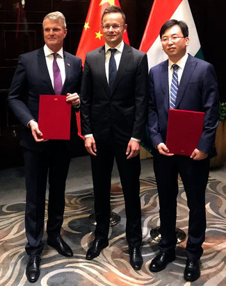 Photo from the MoU signing ceremony (from left to right): René Droese, Péter Szijjártó and Wang Zhendong  -  Photos: BUD