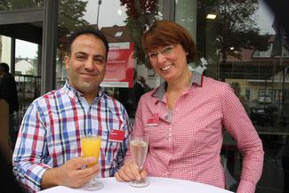 Mit Filialleiter Sepehri freut sich die gute Seele des Geschäfts, Frau Feldmann, die sich ums Büro und den Vertrieb kümmert