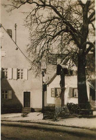 das kleine Haus beim Kreuz und bei der Linde (vor 1932)