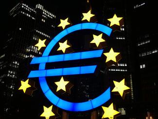 Euro leuchtet nachts vor der Europäischen Zentralbank (Foto: Kleinkes)