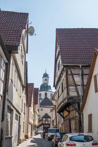 © Traudi - Gasse mit der Stadtkirche im Hintergrund