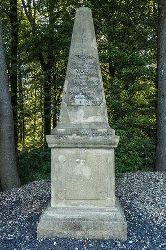 Dieser Gedenkstein erinnert an Herzog Karl von Württemberg - © Traudi