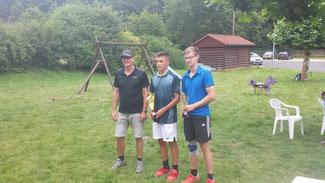 v.l.: Turnierleiter Jochen Lauer, Joel, Maximilian