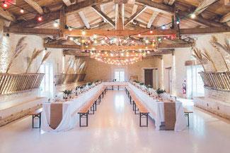 Hochzeitslocation, festlich dekorierte Scheune, Hochzeit Teilplanung