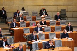 Sitzung des Landtags in Corona-Zeiten: Weniger Abgeordnete u. Abstand halten!