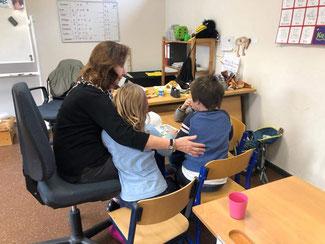 Drei der Kinder haben sich eine zusätzliche Geschichte gewünscht. Diesen Wunsch hat Renate Frohnhöfer gerne erfüllt.