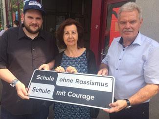 v.l.n.r.: Schülersprecher Constantin Werner, Renate Frohnhöfer, Schulleiter Günther Au