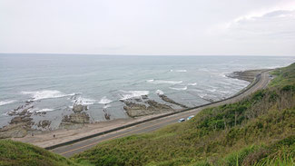 灯台周辺の遊歩道から高巻に海岸線を望む