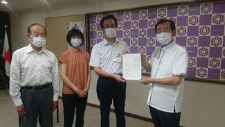市長(右)に提出。大石議員(左)と佐藤まりこ女性こども部長