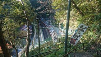 暗い山道を降りて突如現れる塔ノ沢駅