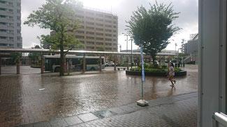 突如降りだす雨で通勤の人も大変です