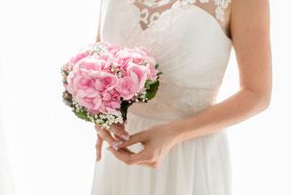 Violett - eine beliebte Hochzeitsfarbe! Brautstrauß mit weißen Rosen.