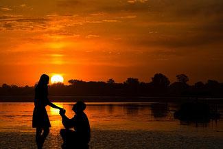 Heiratsantrag im Süden bei Sonnenuntergang