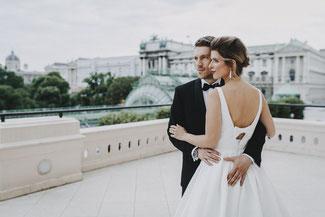 Glückliche Braut am Tag der Hochzeit in der Wiener Albertina